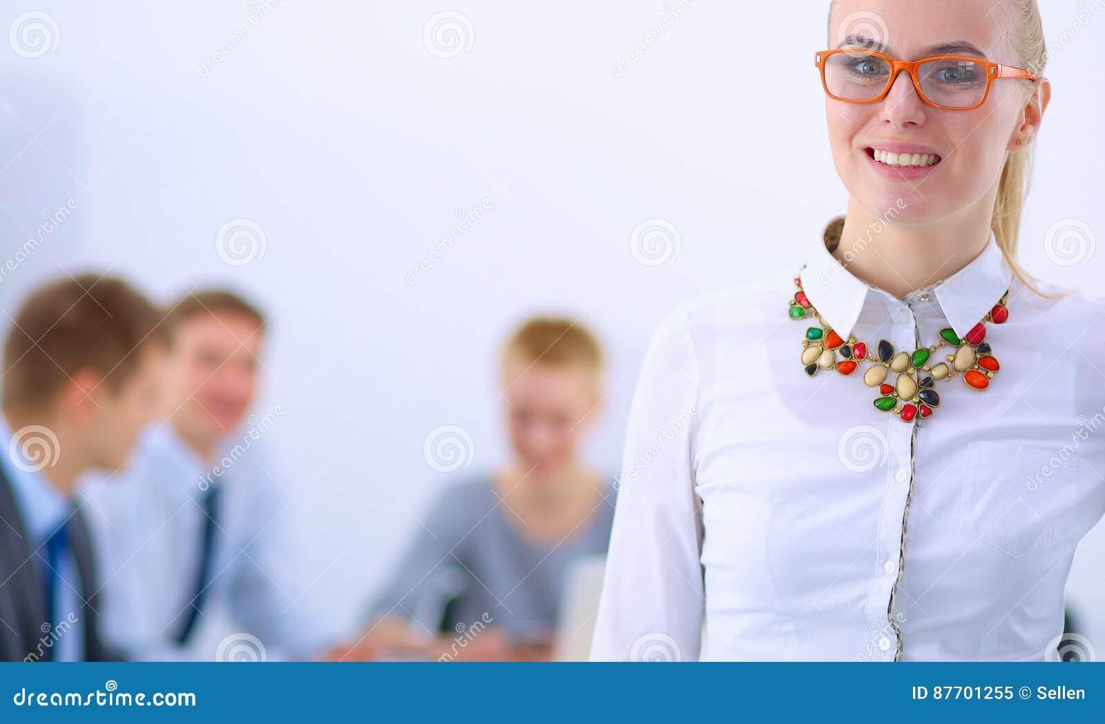 Portrait d une jeune femme travaillant au bureau se tenant avec le dossier