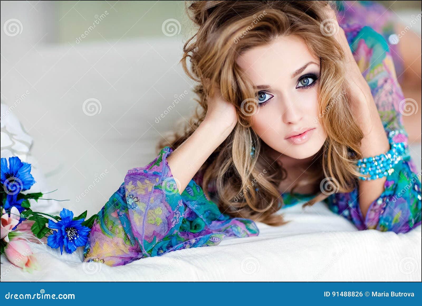 Portrait d une jeune fille sexy sensuelle avec le bleu dans une robe bleue