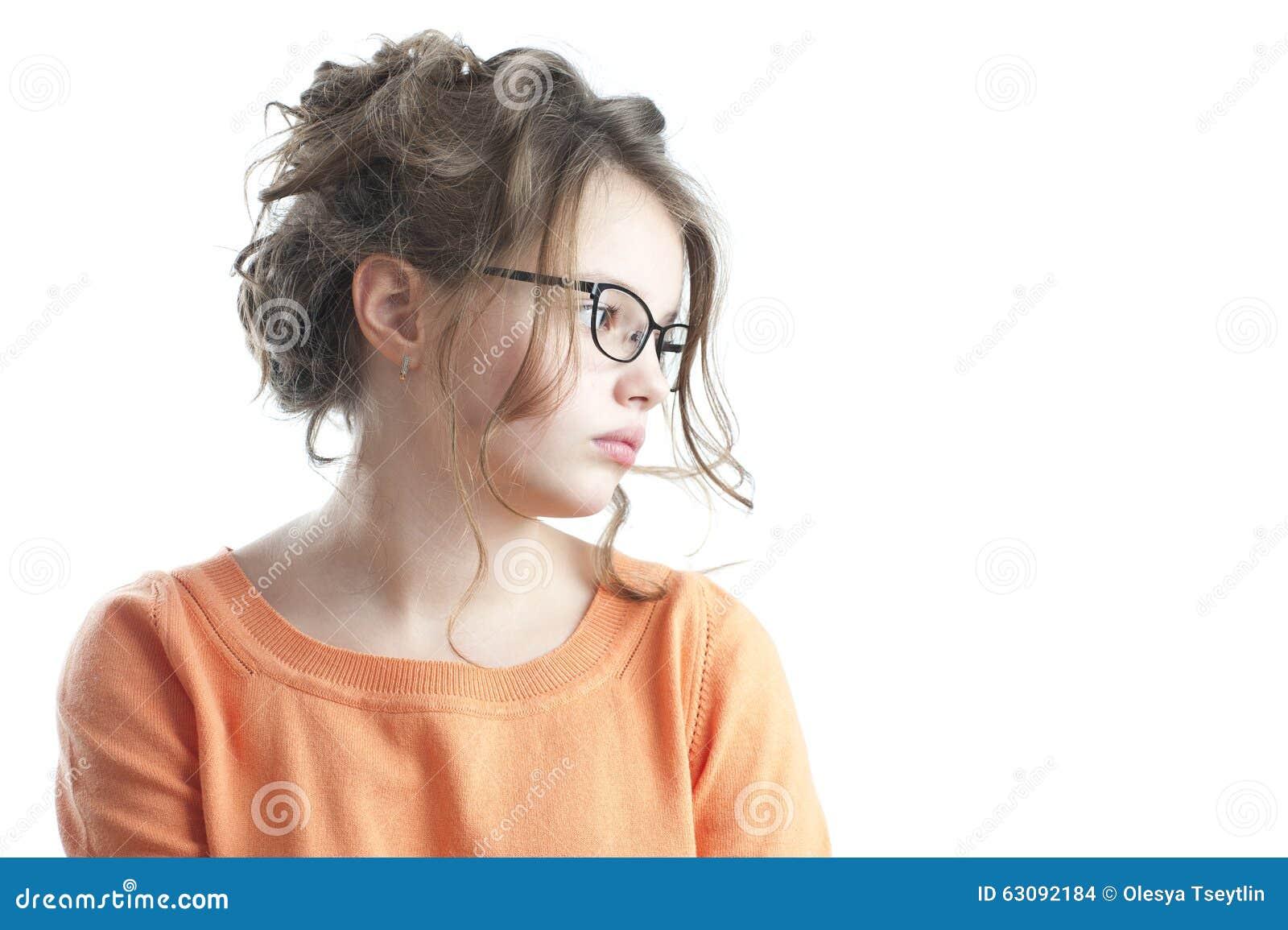 Download Portrait D'une Jolie Fille Regardant Au Côté Photo stock - Image du brun, âge: 63092184
