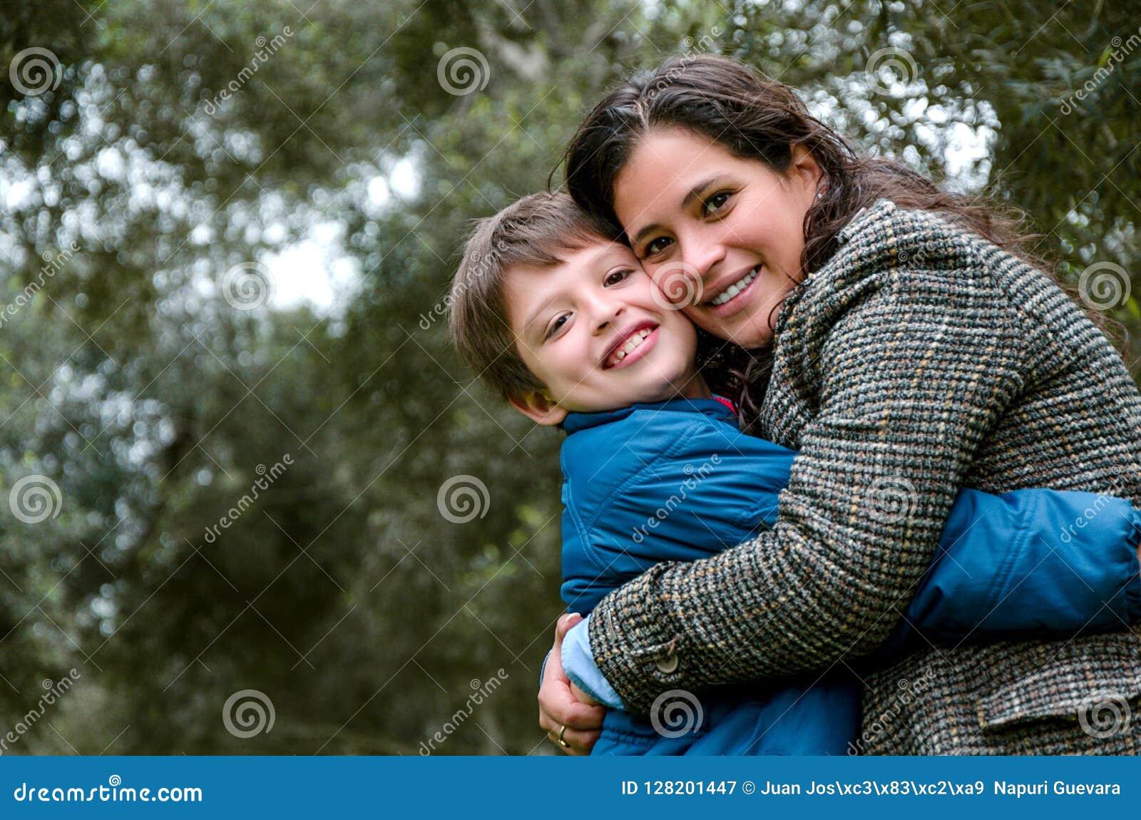 Portrait d une mère avec son adolescent de fils Tendresse, amour