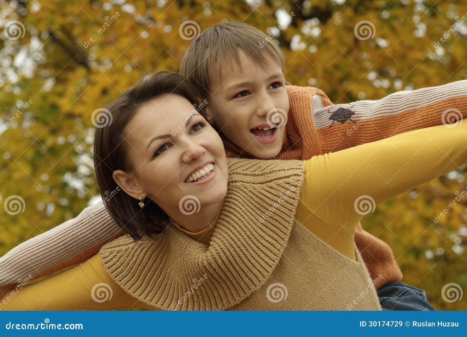 Une maman se fait demonter par deux jeunots - 5 6