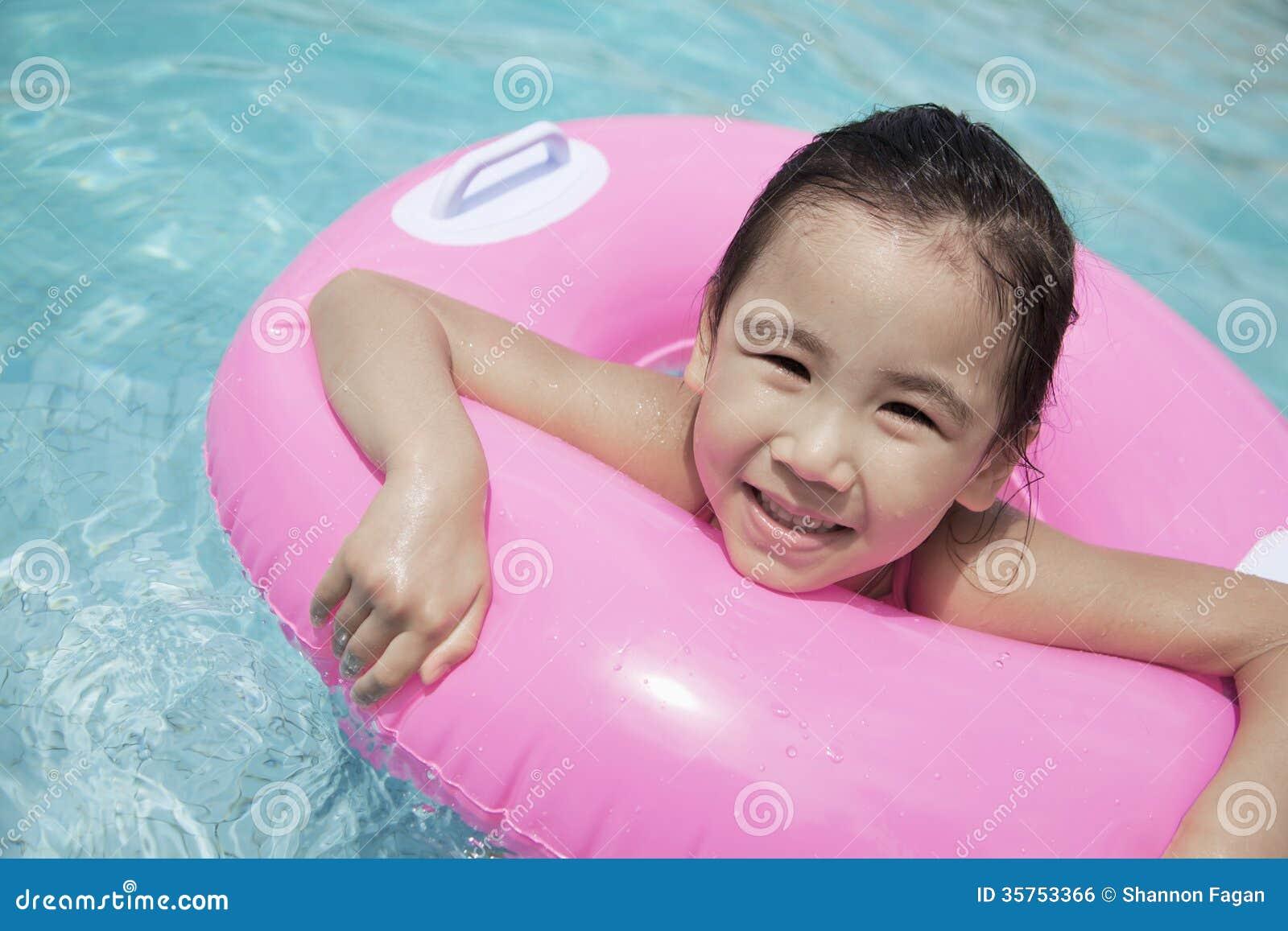 Portrait d 39 une natation mignonne de petite fille dans la for Piscine a tube