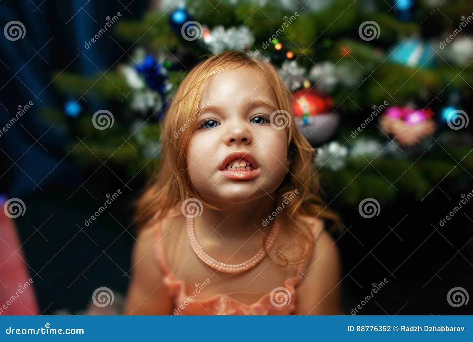 Portrait d une petite fille à Noël avec l arbre de Noël