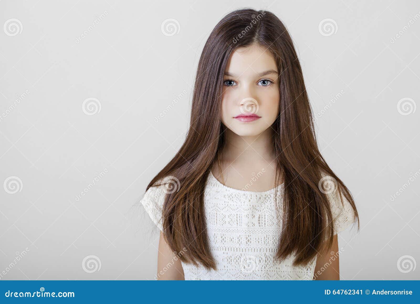 Portrait d une petite fille de brune avec du charme