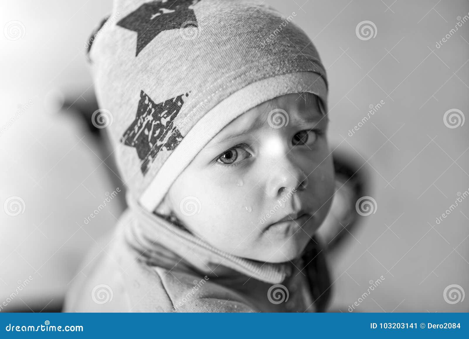 Fille Qui Pleure portrait d'une petite fille qui pleure, écoulement nasal, effet noir