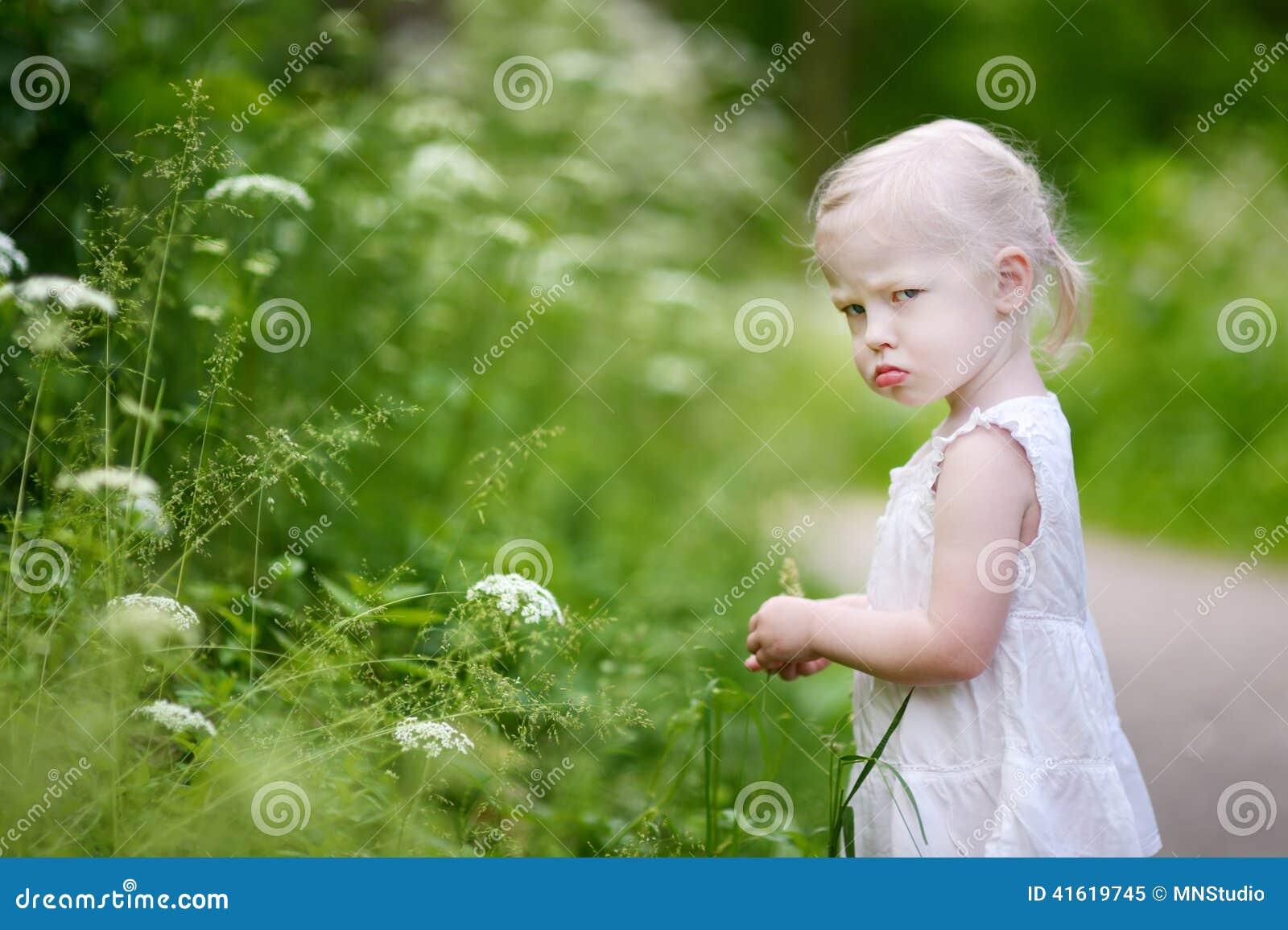 Portrait d une petite fille très fâchée