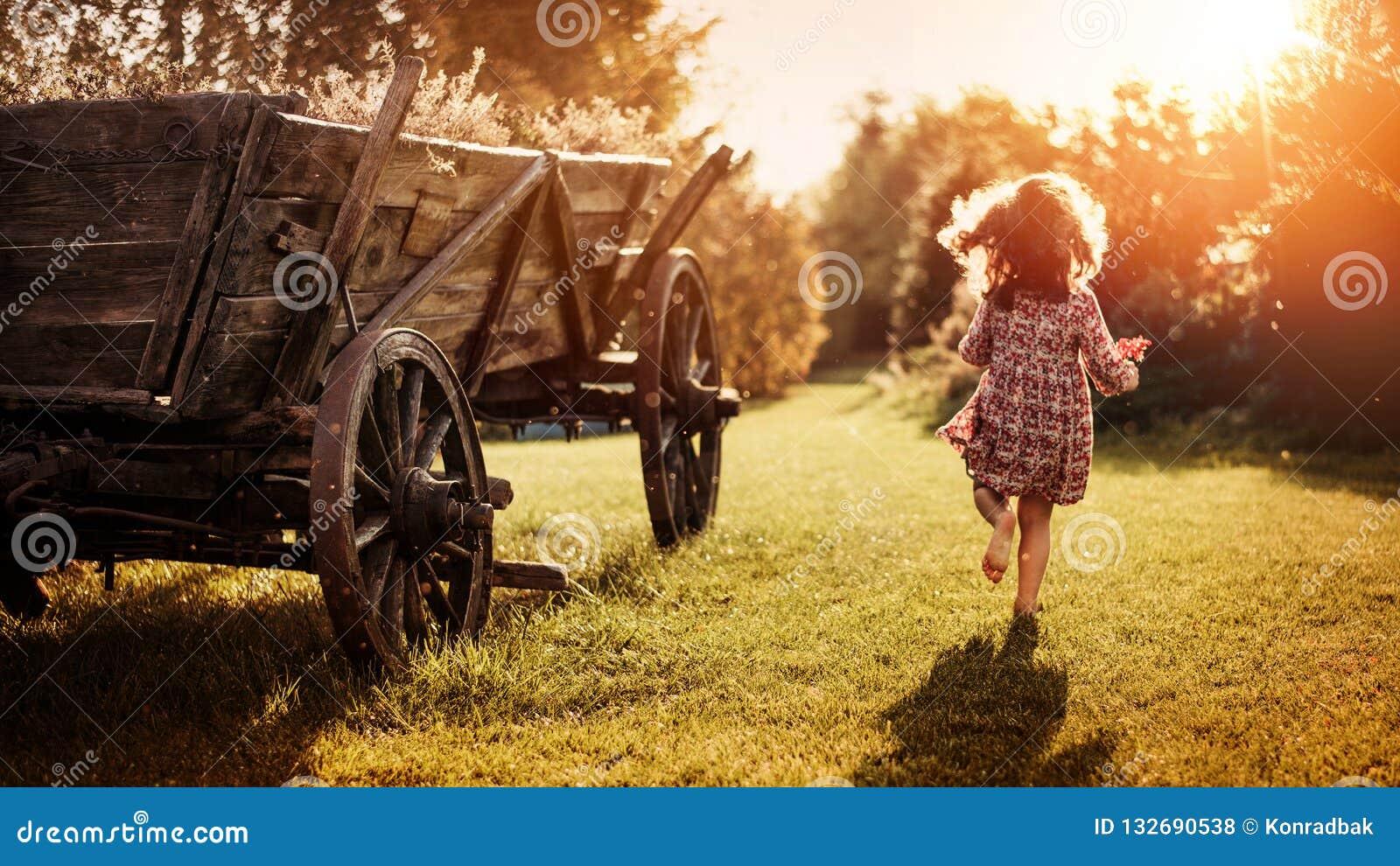 Portrait d une peu de fille à une ferme