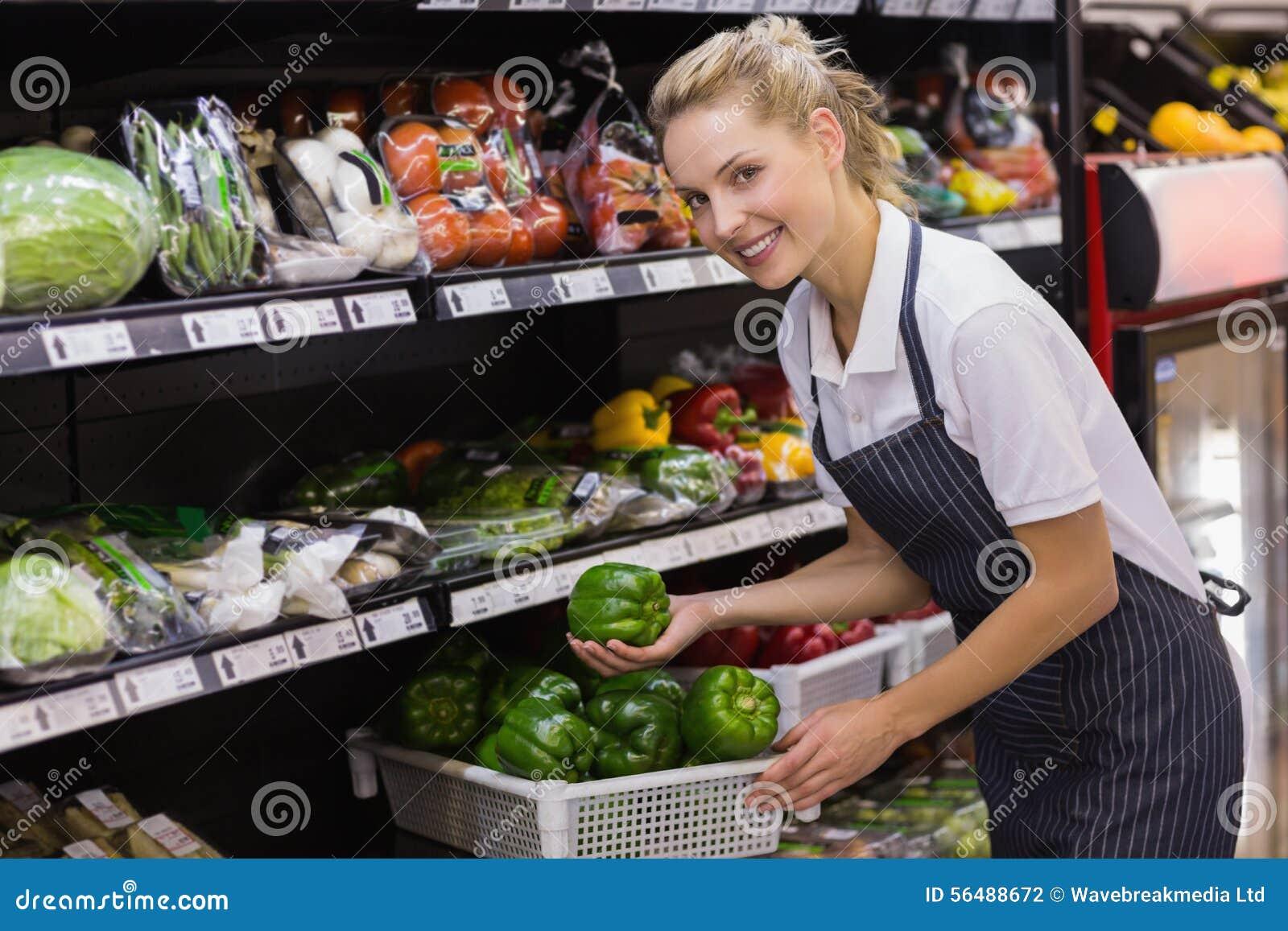 Portrait d une prise blonde de sourire de travailleur légumes