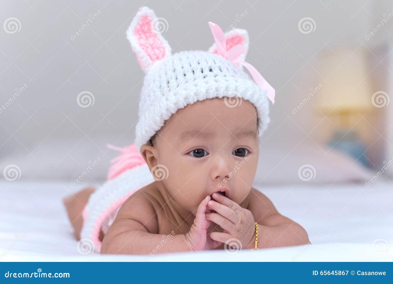 Portrait de bébé nouveau-né mignon sur le lit