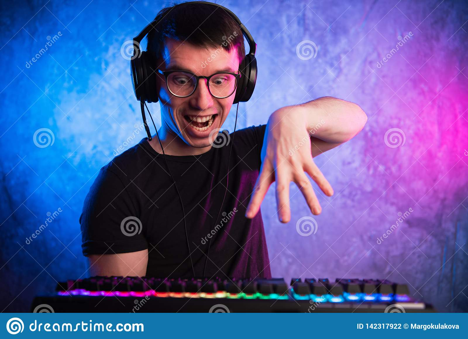 Portrait de ballot drôle travaillant sur l ordinateur