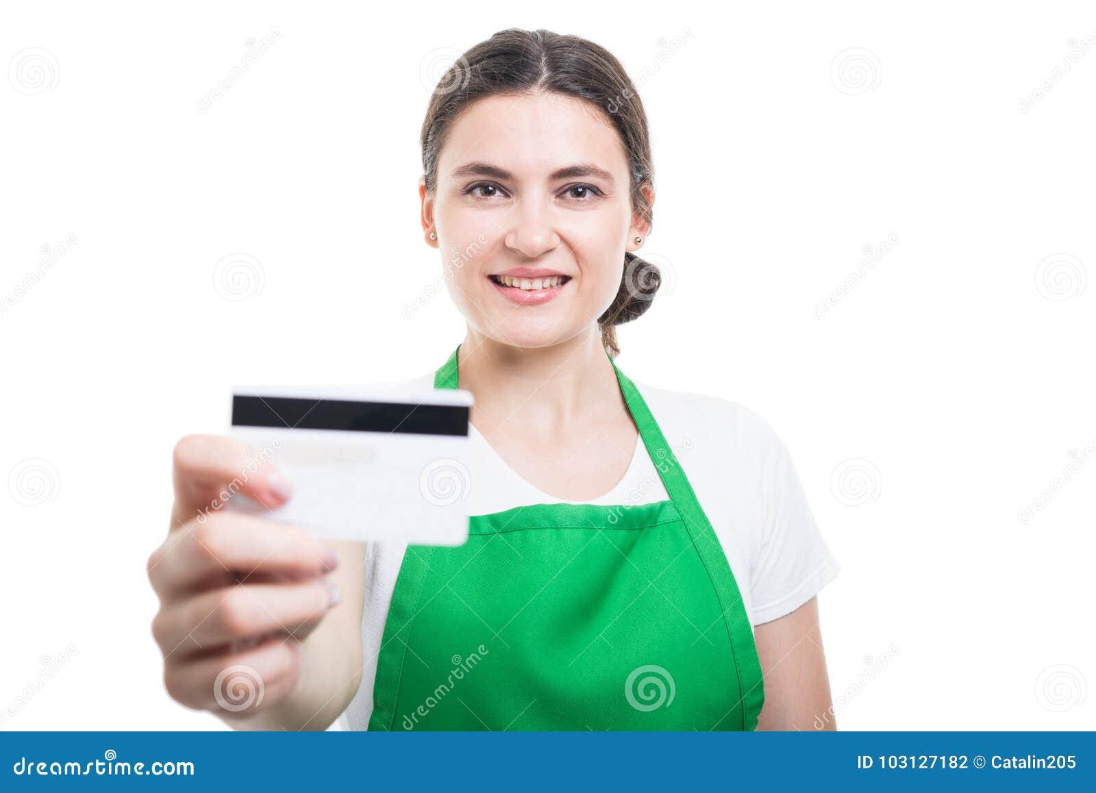 Portrait de beau marchandiseur donnant la carte de débit