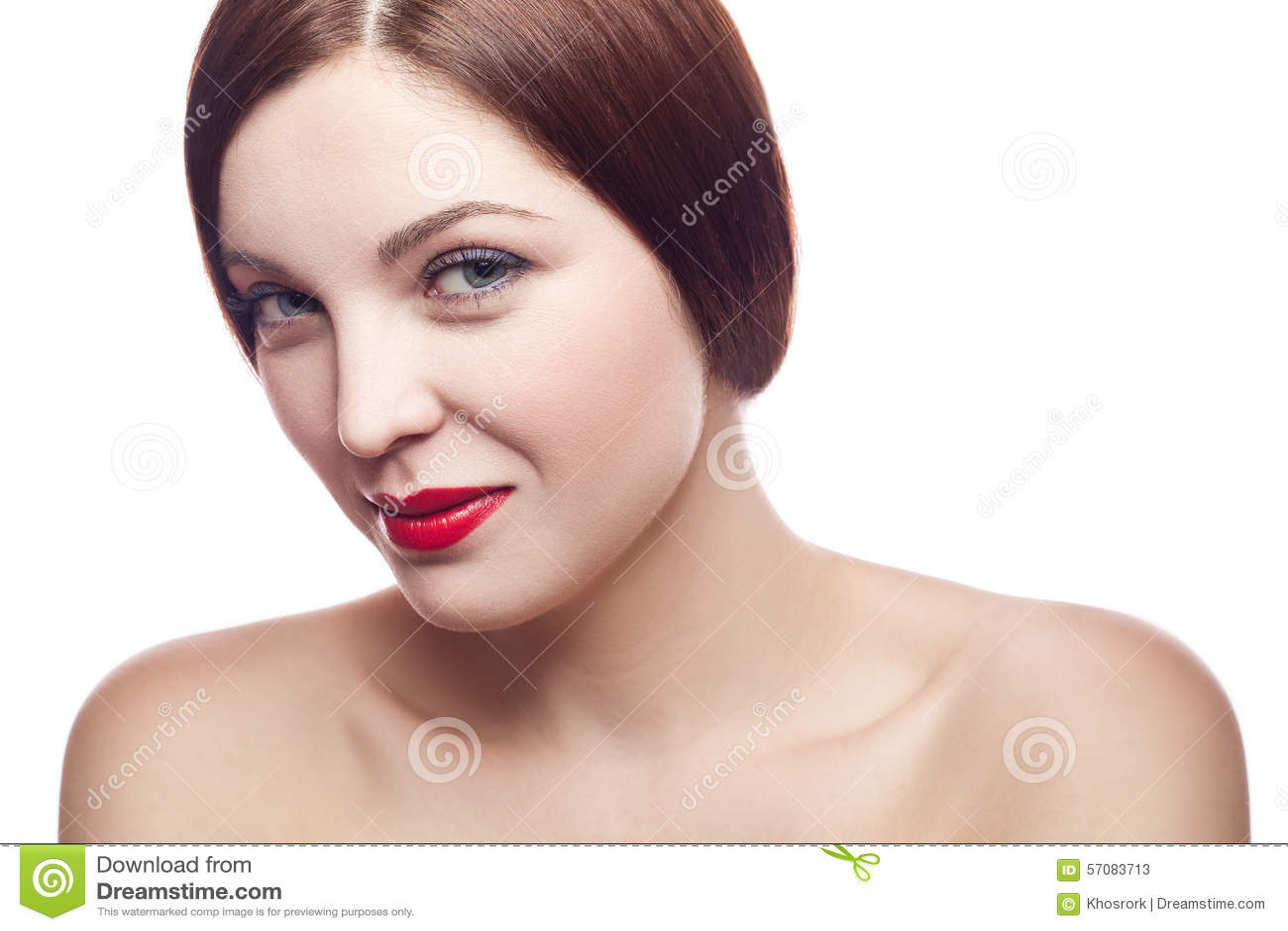 Portrait de beauté de belle femme fraîche gaie (30-40 ans) avec les lèvres rouges et la coiffure brune D isolement sur le fond bl