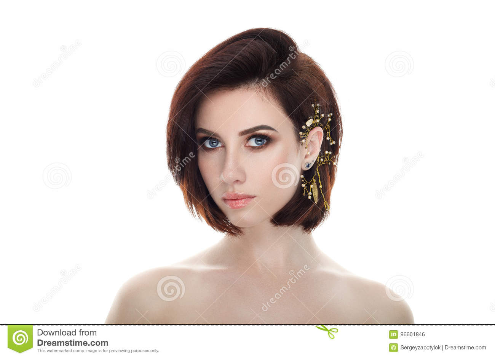 Portrait de beauté de femme d apparence fraîche adorable adulte de brune avec la coiffure diy de plomb de casque de maquillage ma