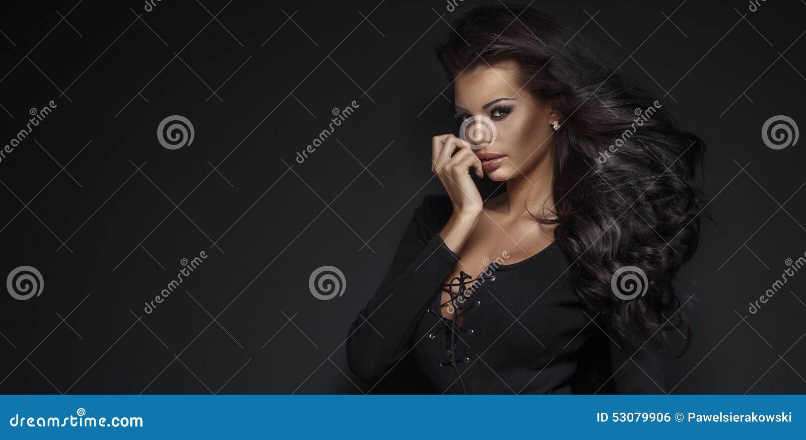 Portrait de beauté de jeune femme élégante