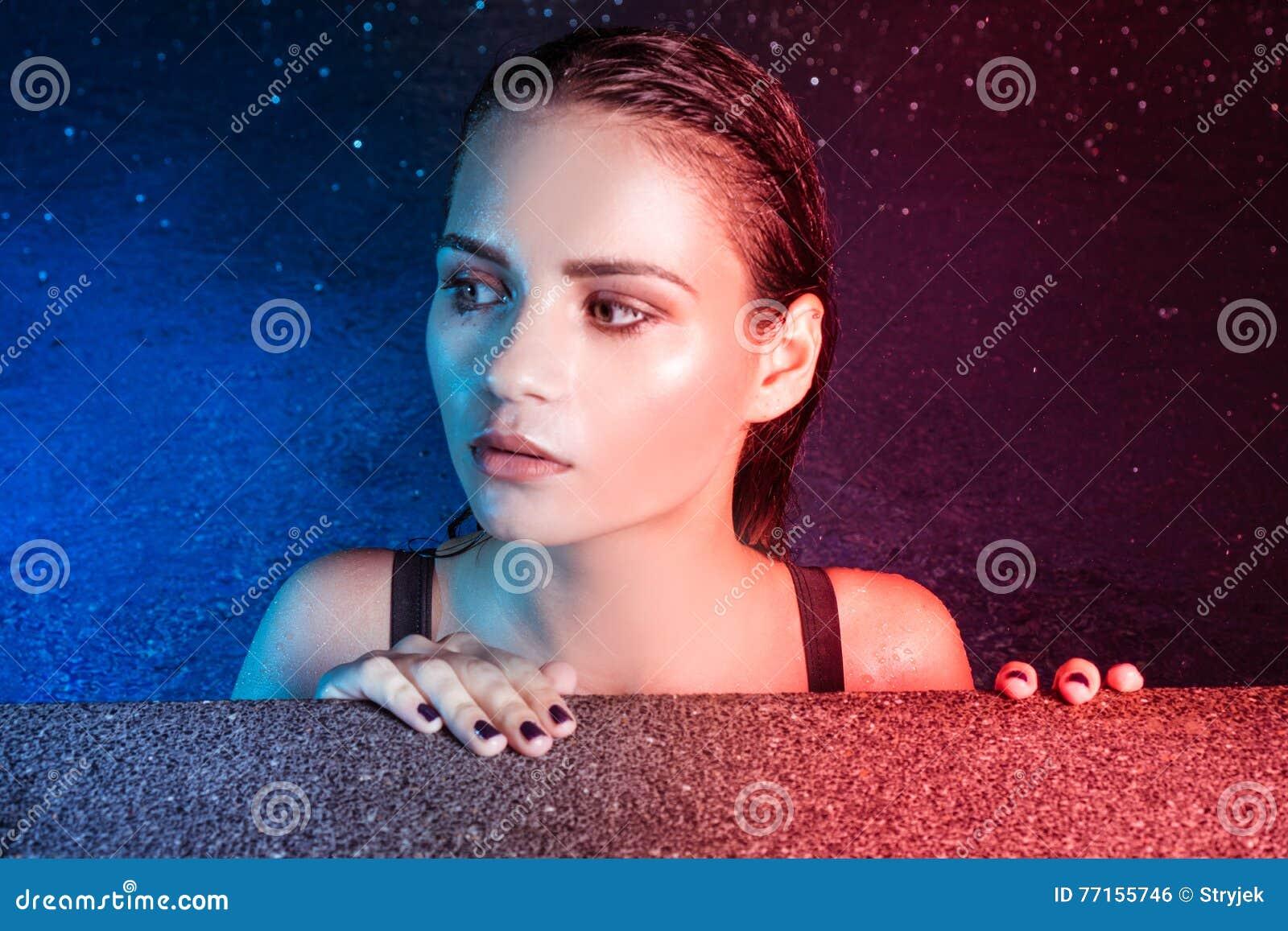 Portrait de beauté de jeune femme dans l eau pendant la soirée pluvieuse