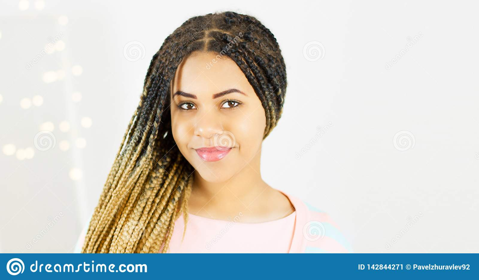 Portrait de beauté de femme d afro-américain avec le maquillage Afro de coiffure et de charme sur le fond de bokeh