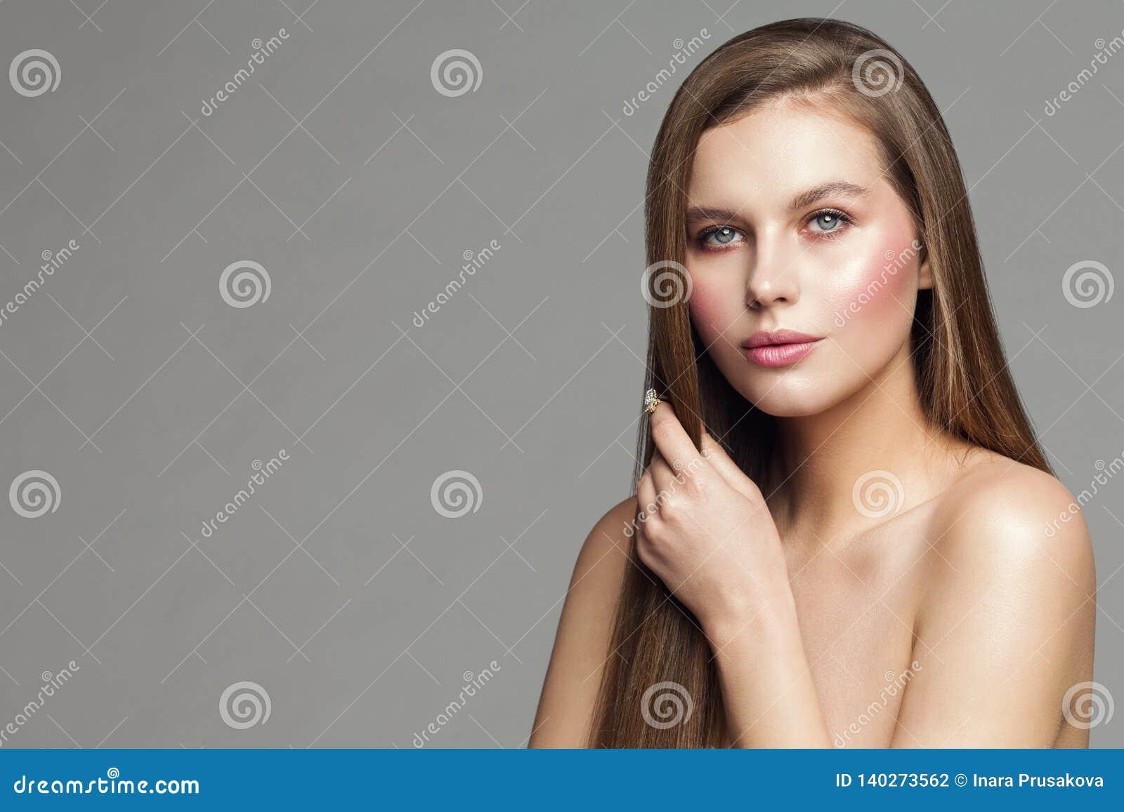 Portrait de beauté de femme, mannequin Makeup et cheveux, beaux soins de la peau de fille et traitement