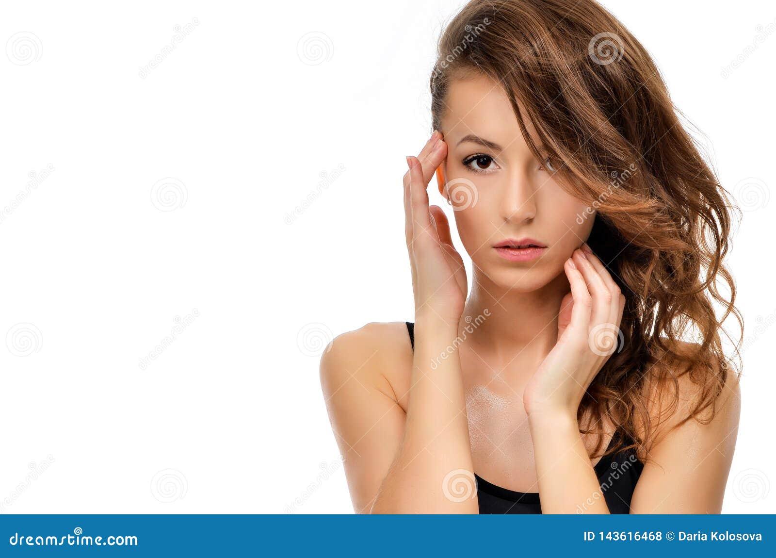 Portrait de beauté de visage femelle avec la peau naturelle
