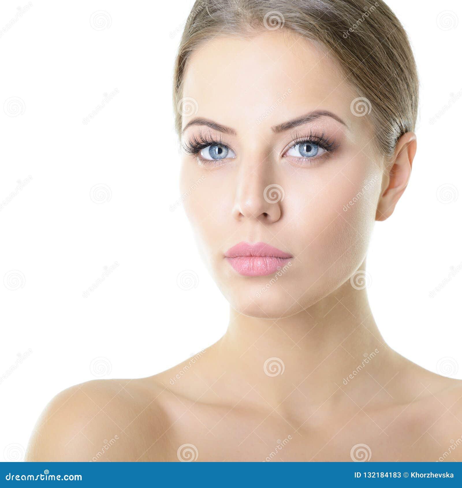 Portrait de beaut? de jeune femme avec le beau visage sain, goujon