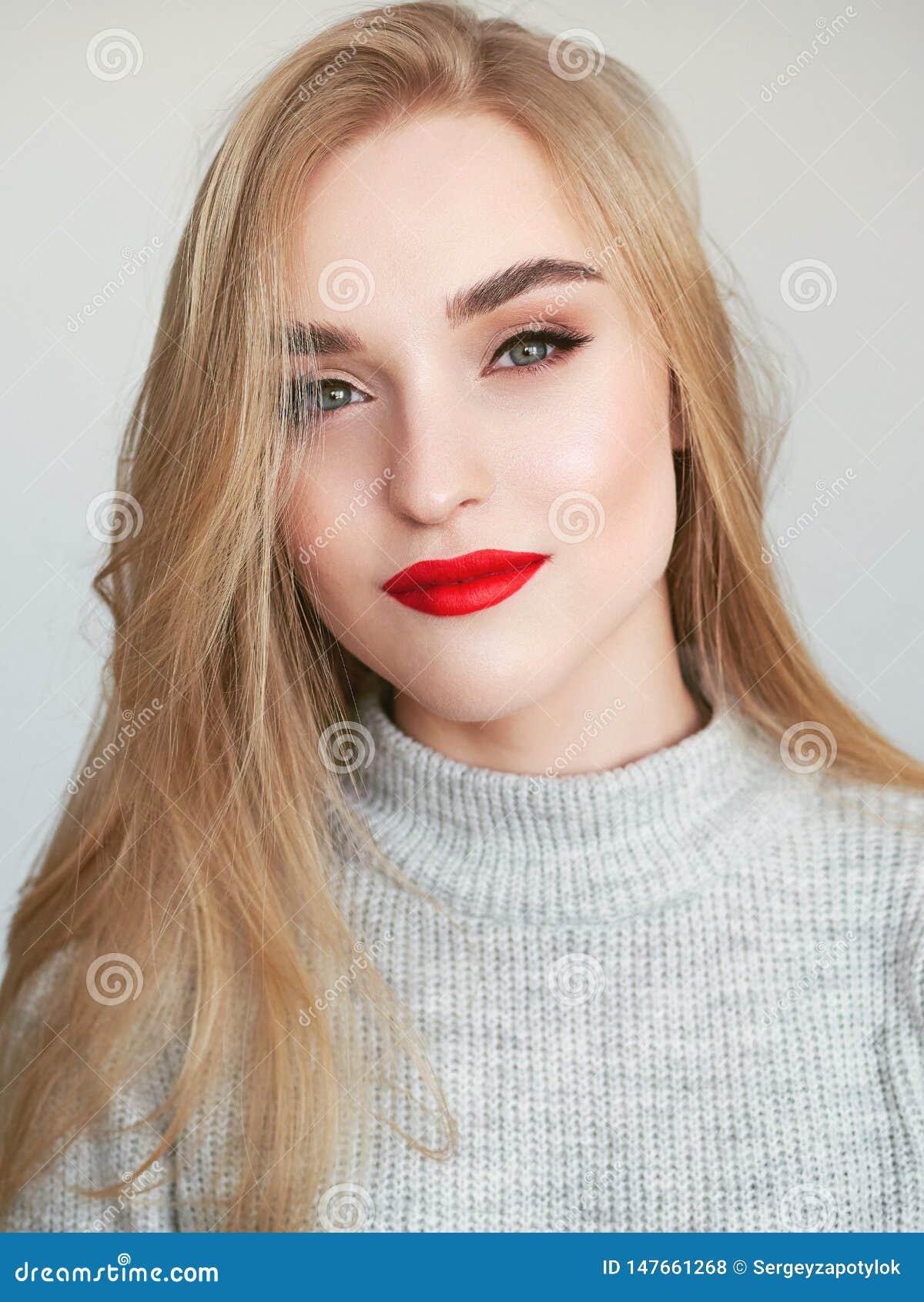 Portrait de beaut? de lumi?re naturelle de plan rapproch? de mod?le blond de femme avec le maquillage lumineux satur? vibrant de