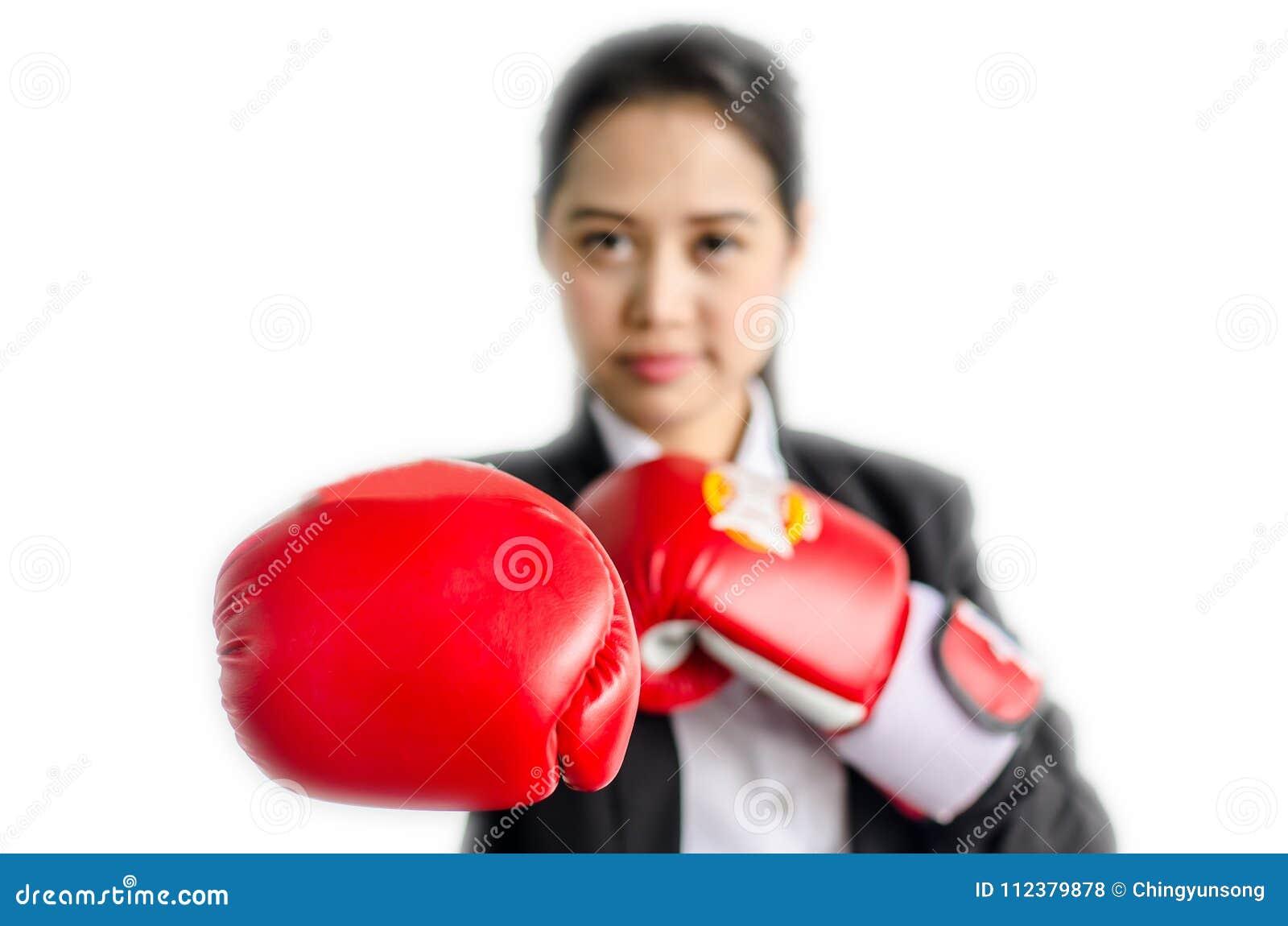Portrait de beaux et jeunes gants de boxe de port de femme d affaires