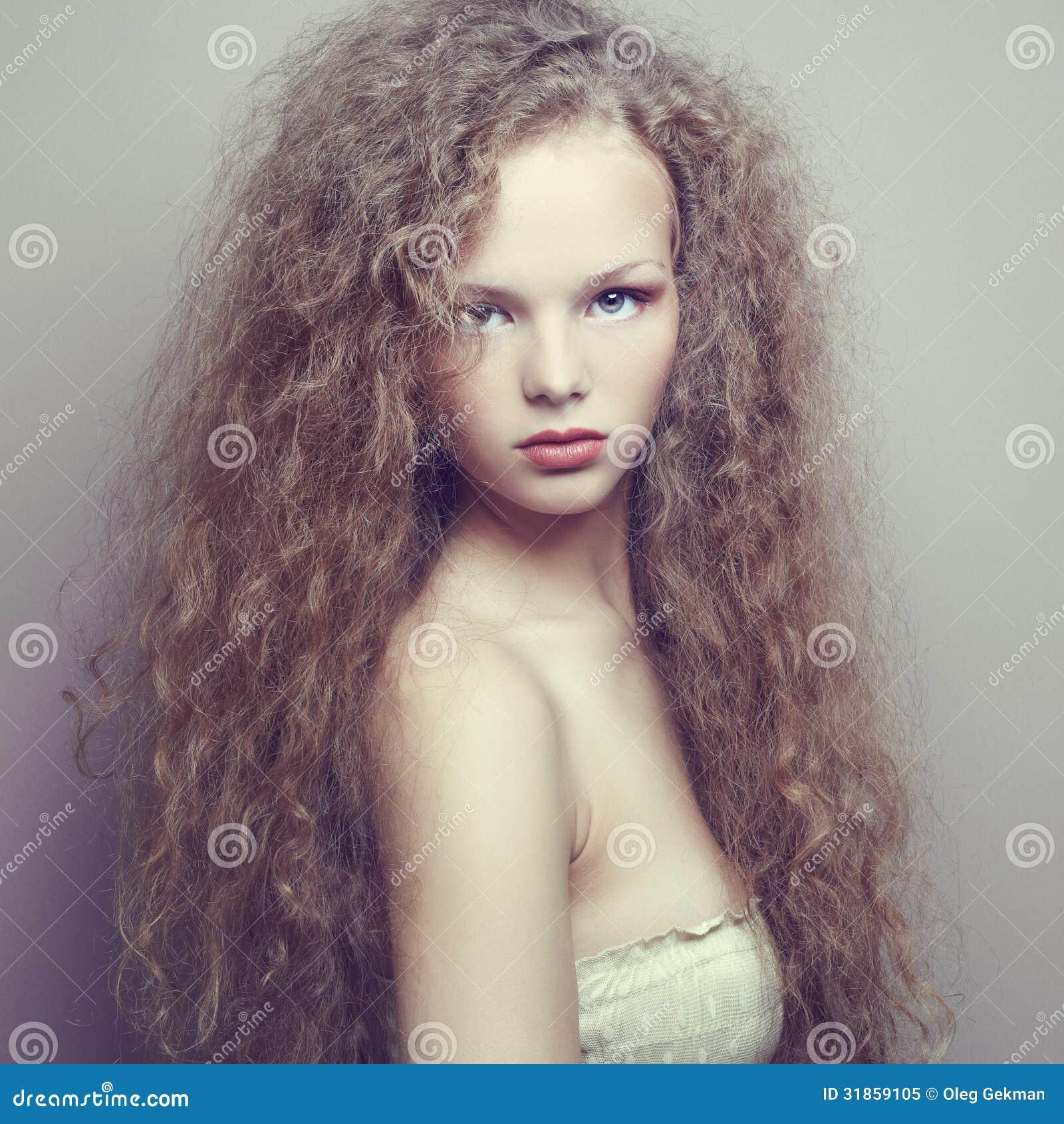 Portrait de belle femme avec la coiffure élégante