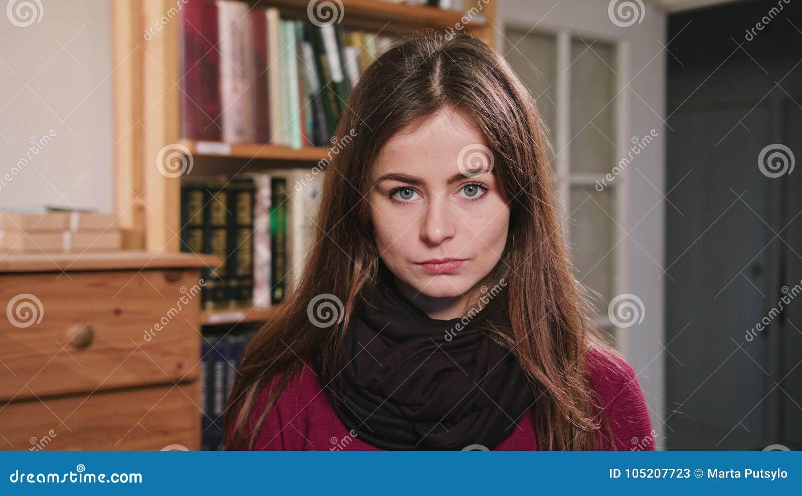 Portrait de belle femme caucasienne de brune