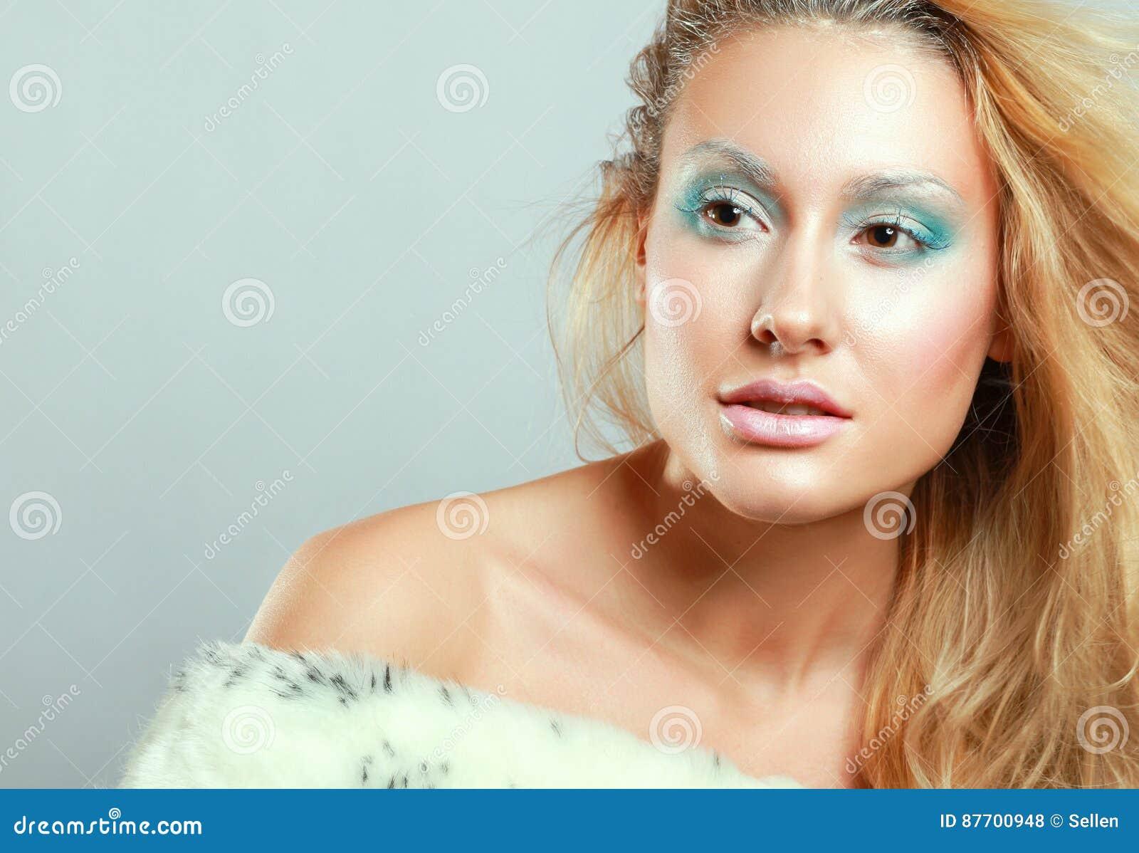 Portrait de belle femme, d isolement sur le fond gris
