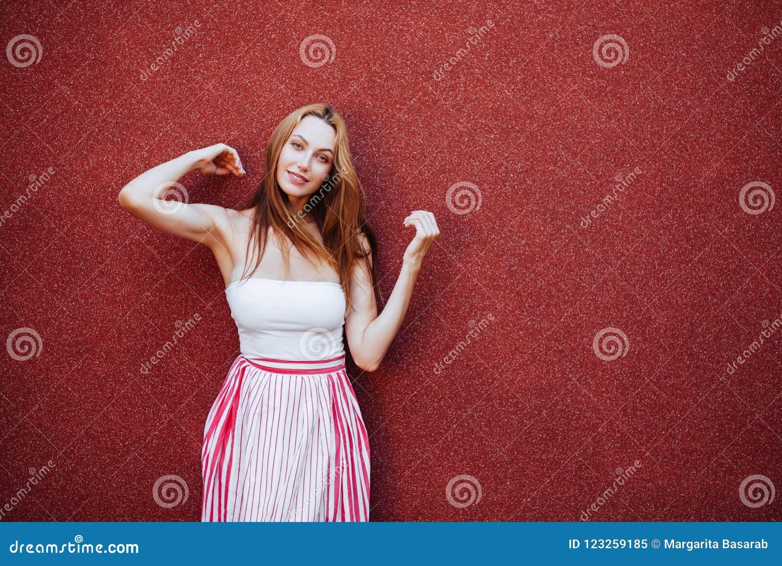 Portrait de belle femme dans la robe rouge, souriant