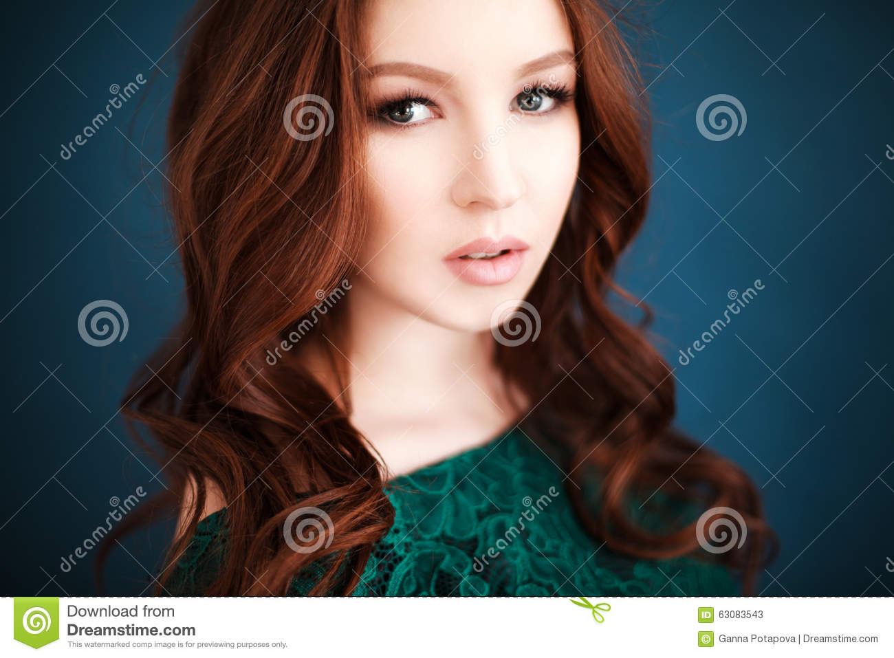 Download Portrait De Belle Femme Dans La Robe Verte De Dentelle Image stock - Image du fashionable, verticale: 63083543