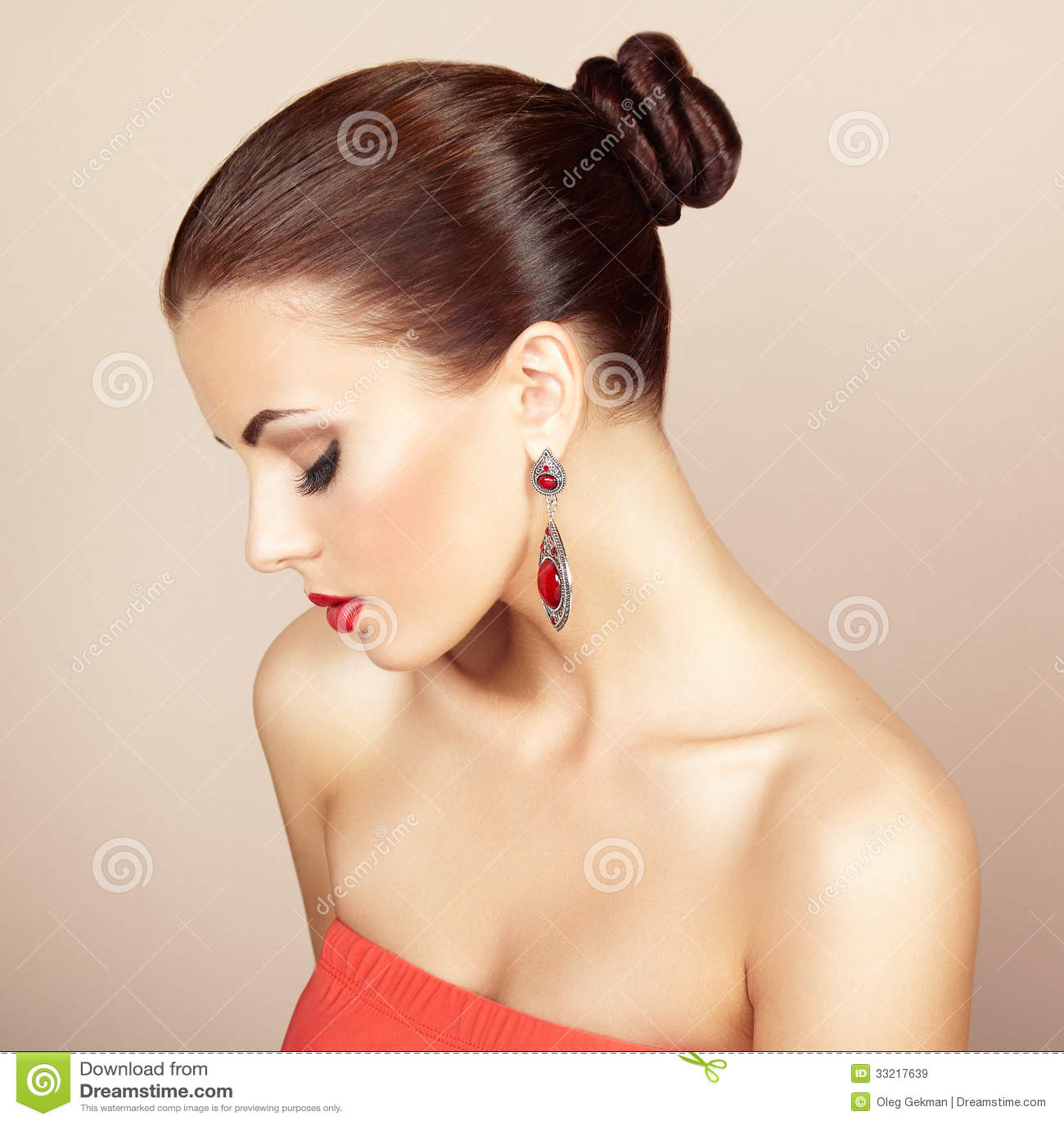 portrait de belle femme de brune avec la boucle d 39 oreille makeu parfait images libres de droits. Black Bedroom Furniture Sets. Home Design Ideas