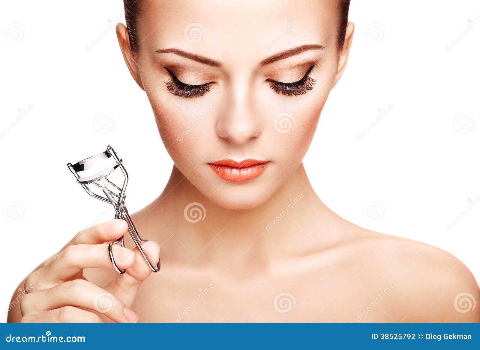 Portrait de belle femme faisant des cils de boucle. Beau wom