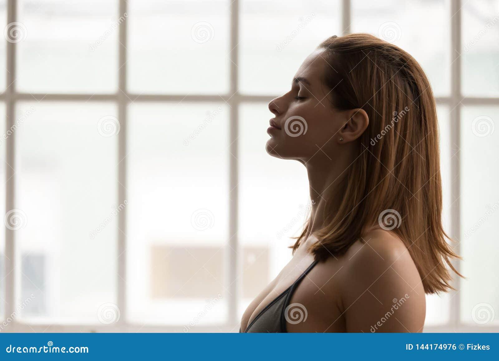 Portrait de belle femme méditant avec les yeux fermés, yoga de pratique