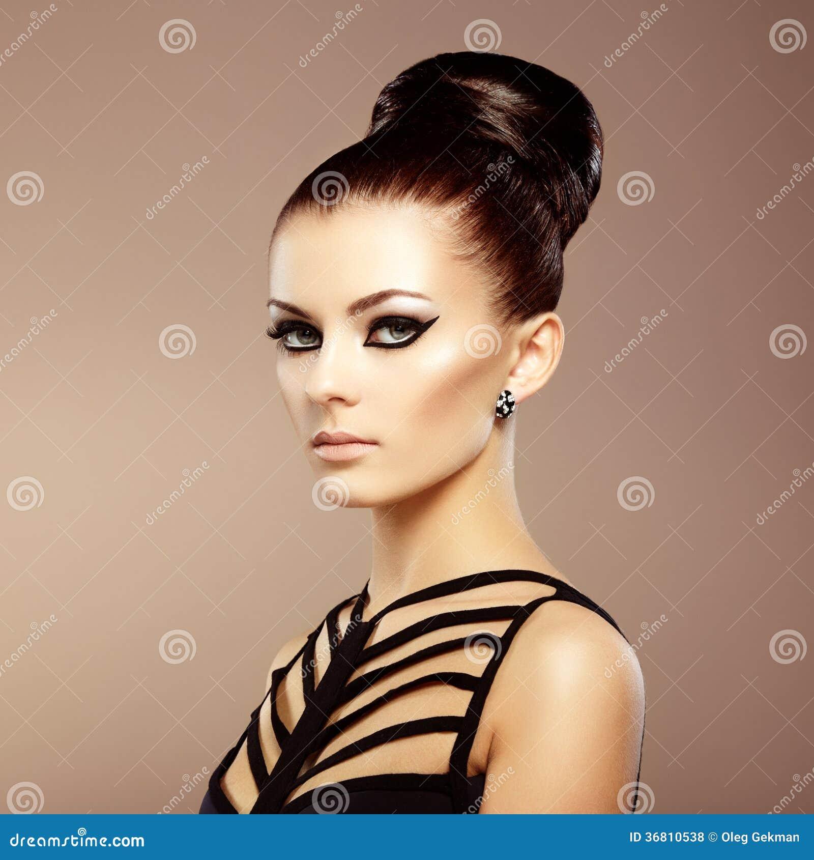 Portrait De Belle Femme Sensuelle Avec La Coiffure Elegante Par