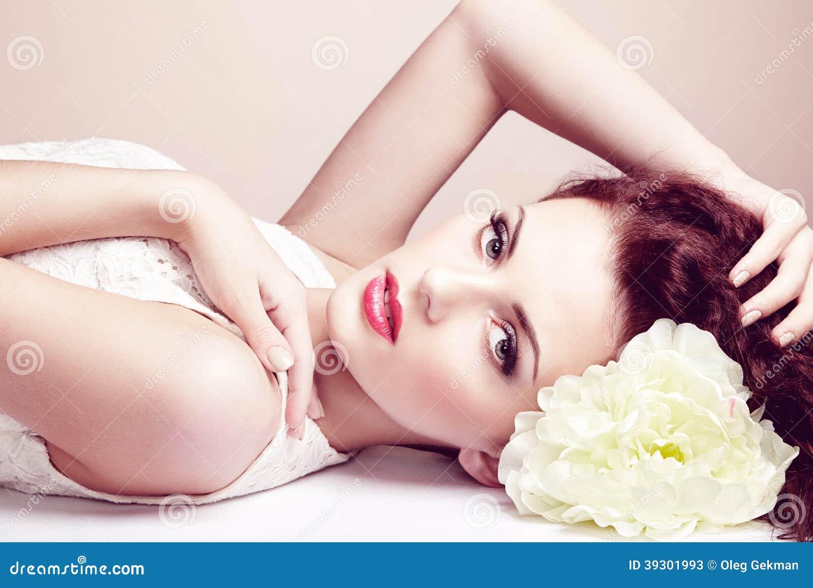 Portrait de belle femme sensuelle avec la coiffure élégante.  Par