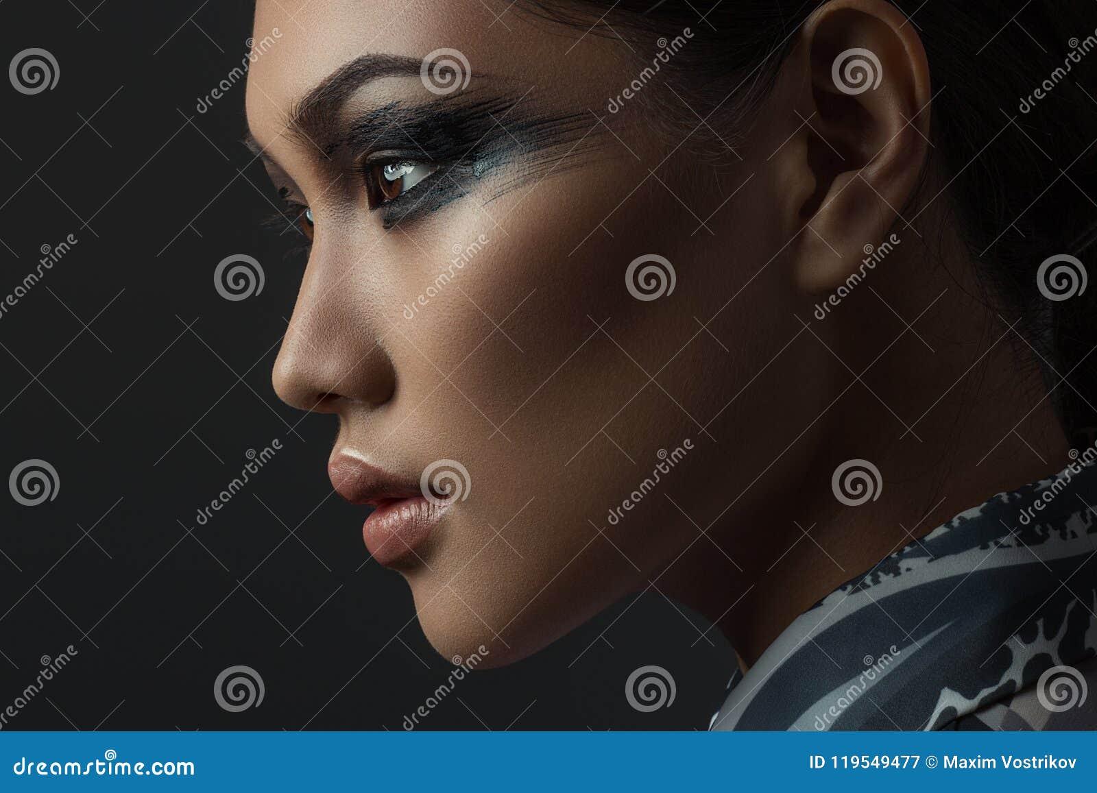 Portrait de belle fille asiatique avec le maquillage créatif d art Décrivez rentré le studio sur un fond noir