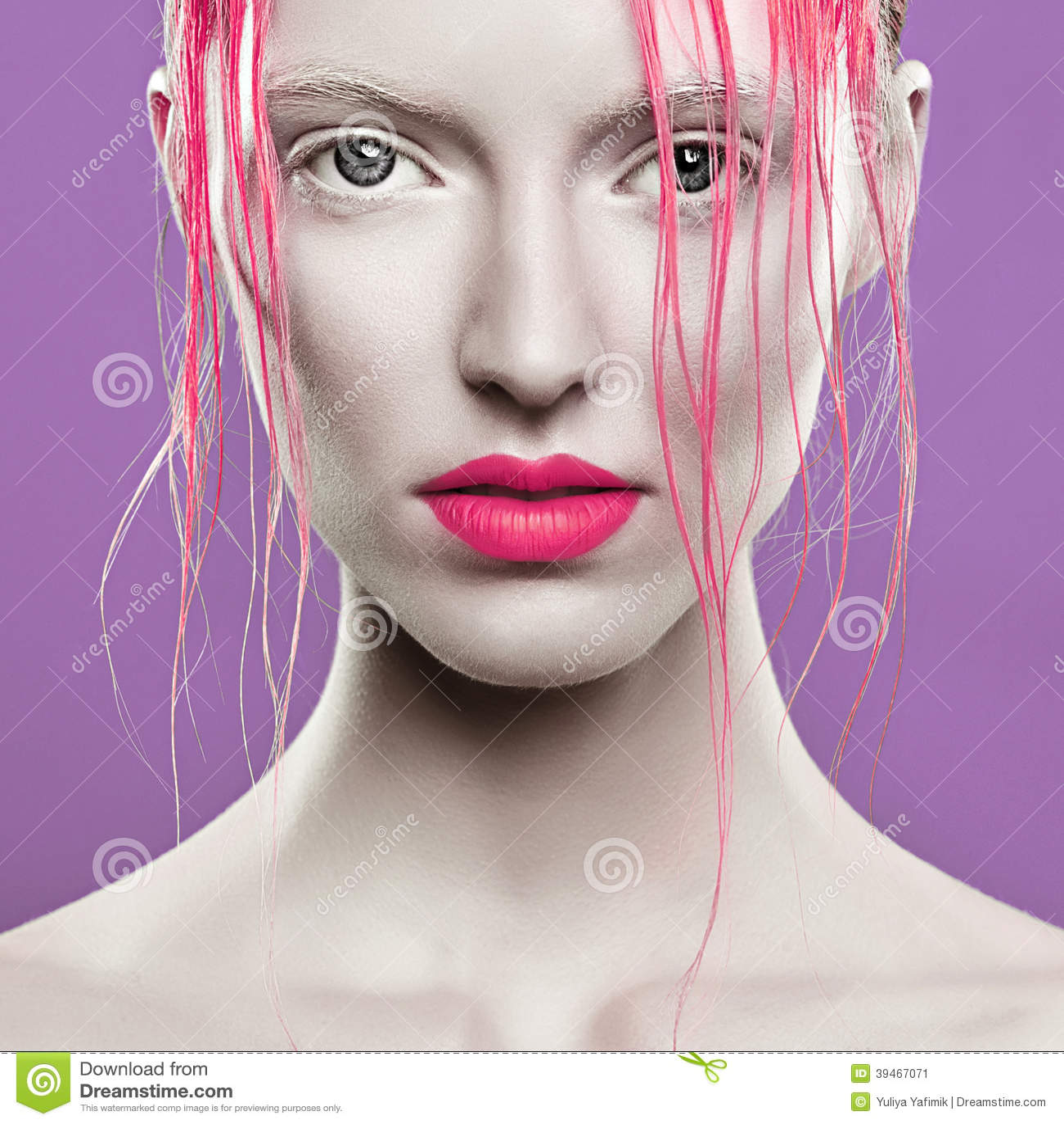 Portrait De Belle Fille Avec Les Cheveux Roses Sur Un Fond Blanc