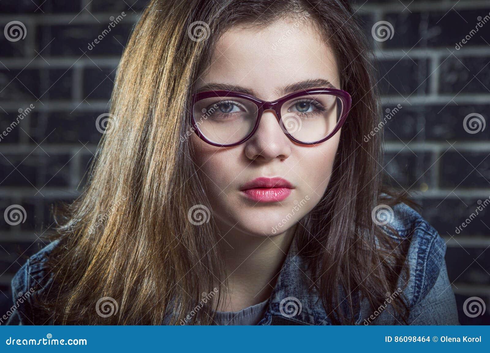 portrait de belle fille d 39 ado de brune photo stock image. Black Bedroom Furniture Sets. Home Design Ideas