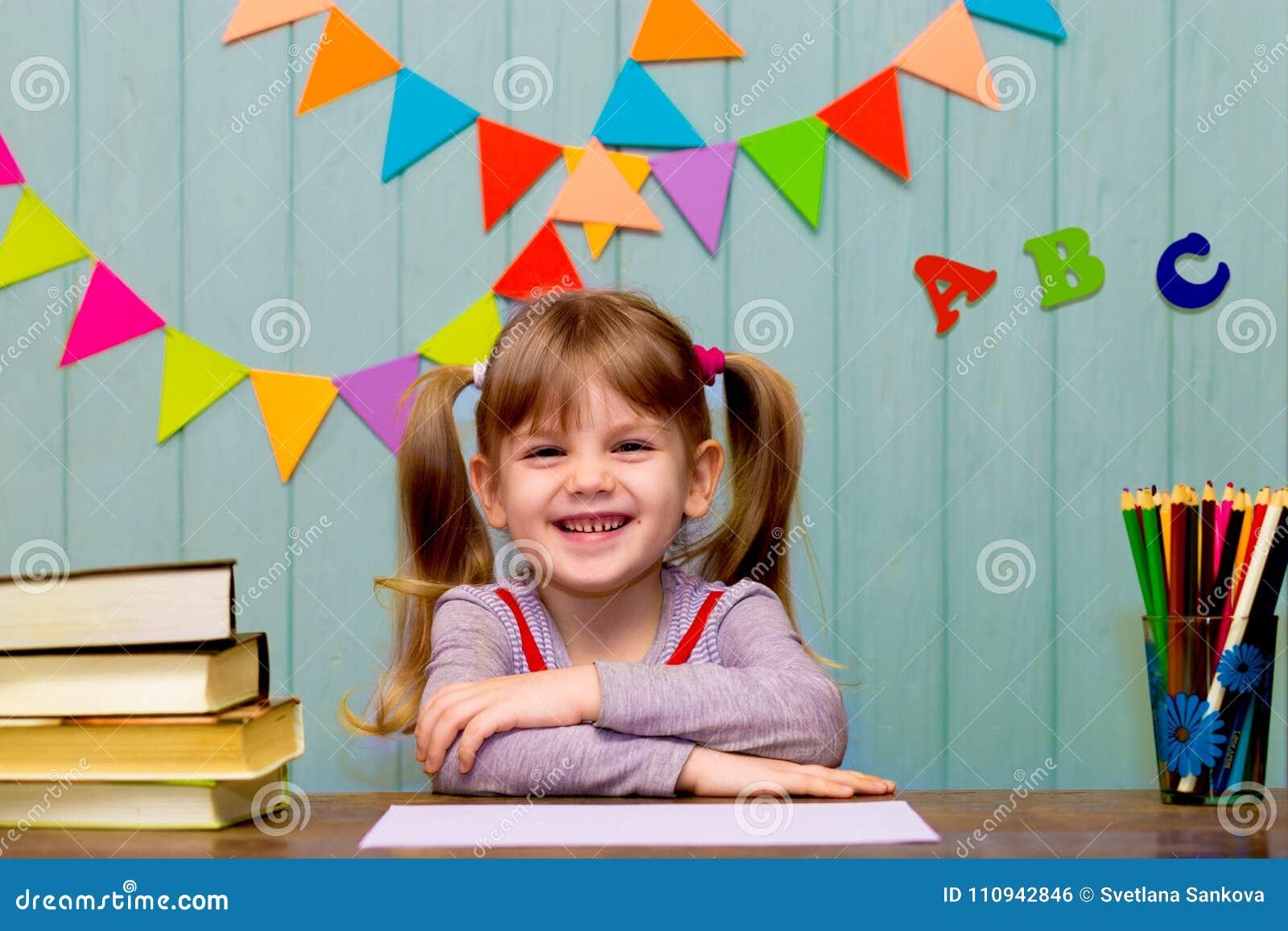 Portrait de belle fille dans la salle de classe Petite écolière s asseyant à un bureau et à une étude