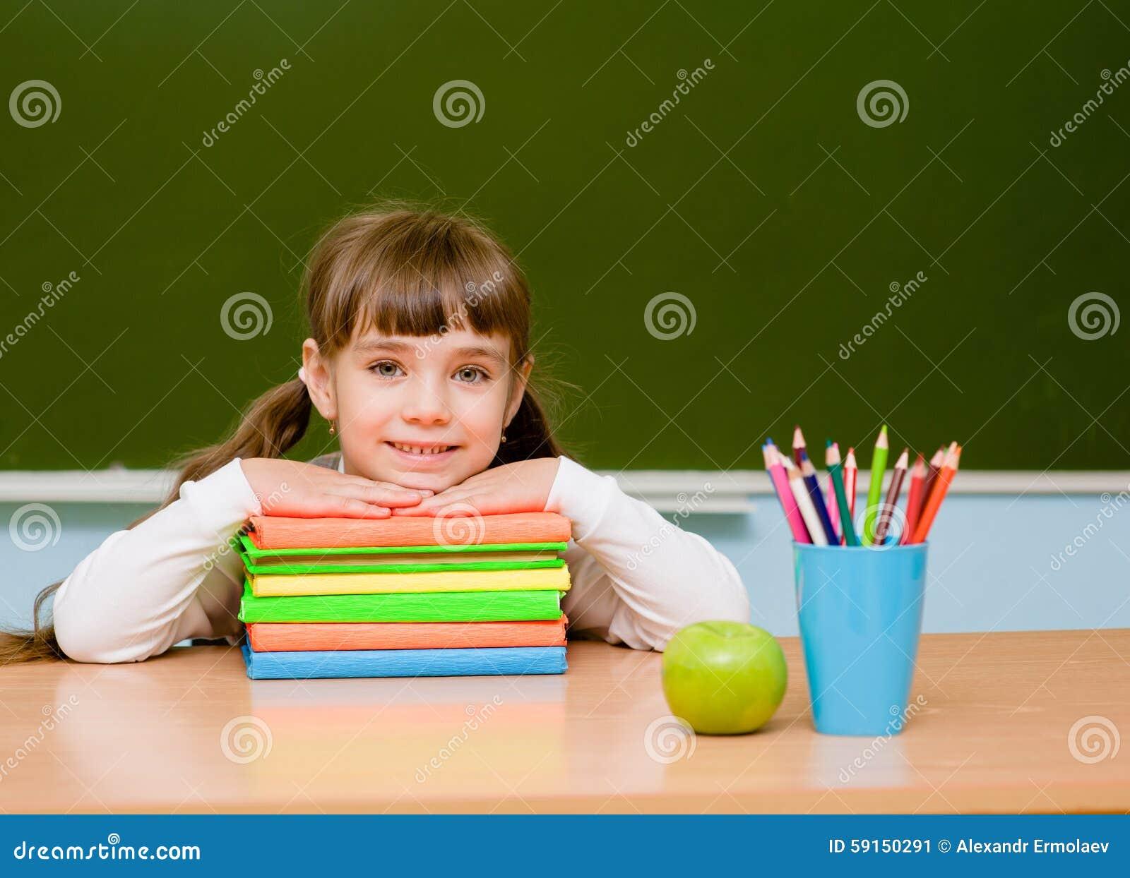 Portrait de belle fille dans la salle de classe