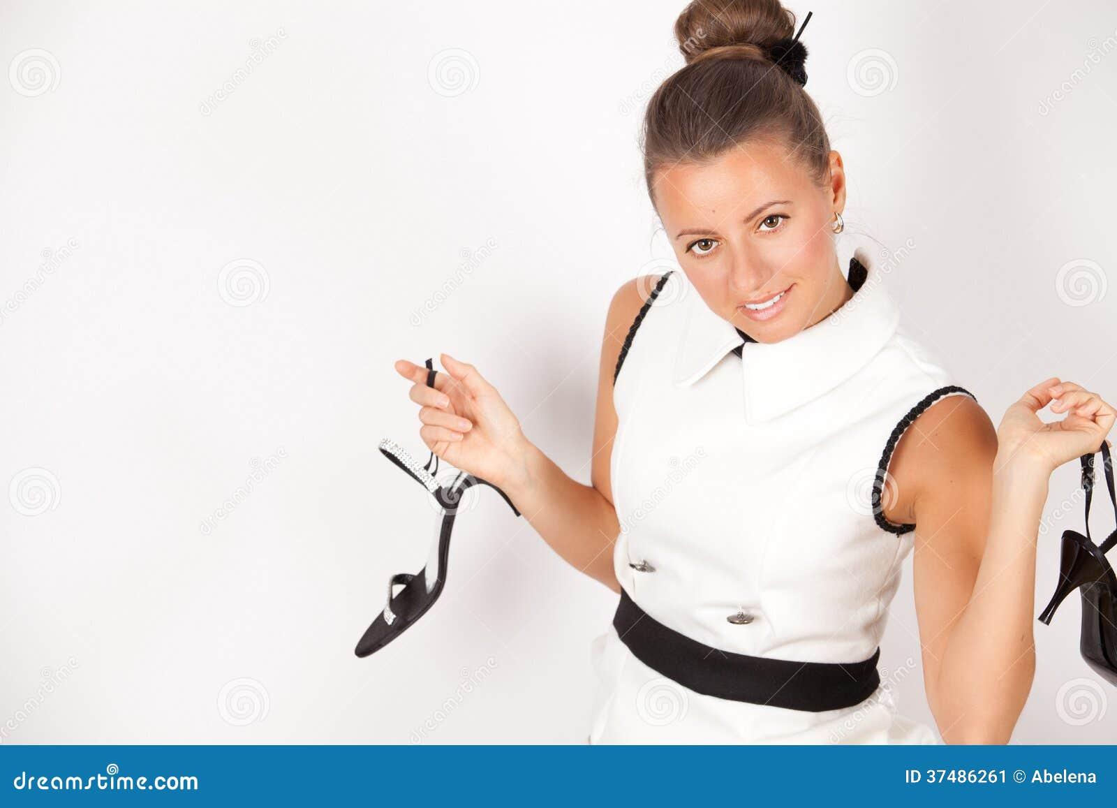 Portrait de belle jeune femme avec des chaussures