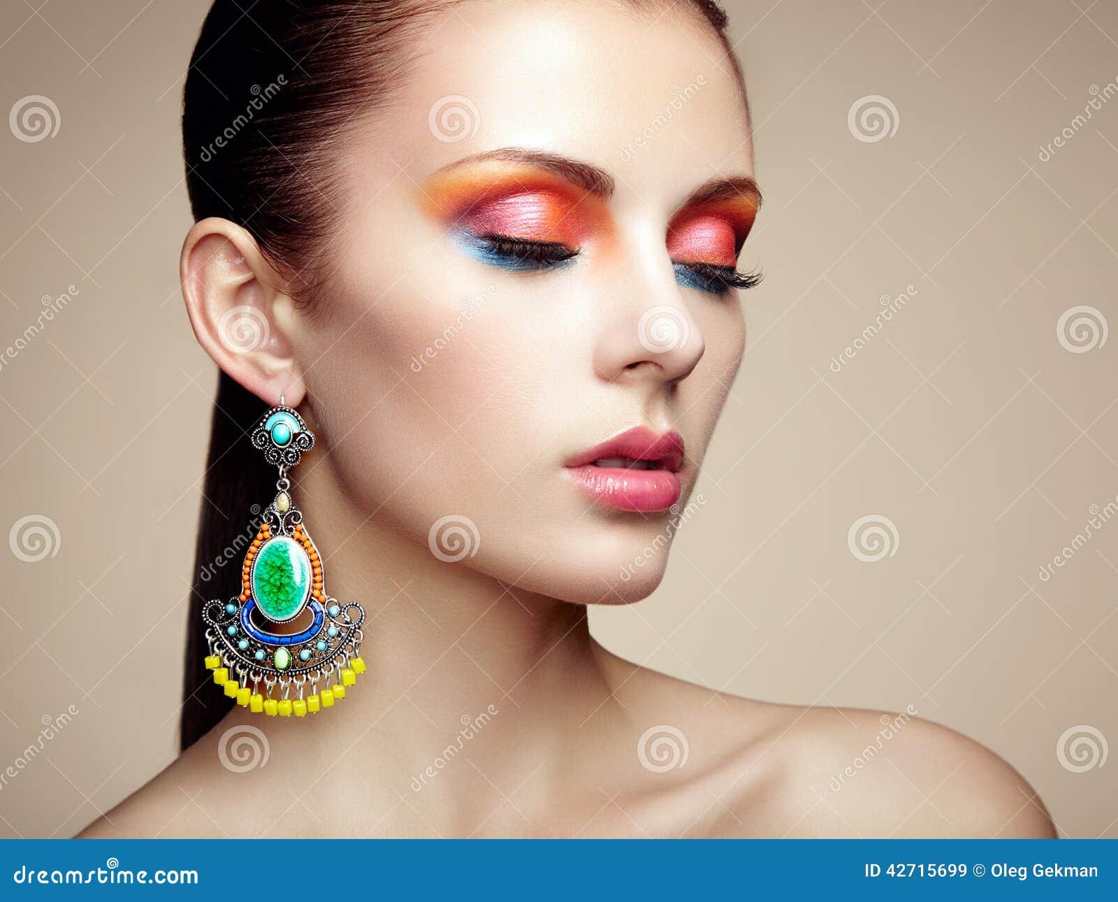 Portrait Et Belle Femme Boucle Avec De D'oreille La Jeune Bijoux 7bg6Yfy