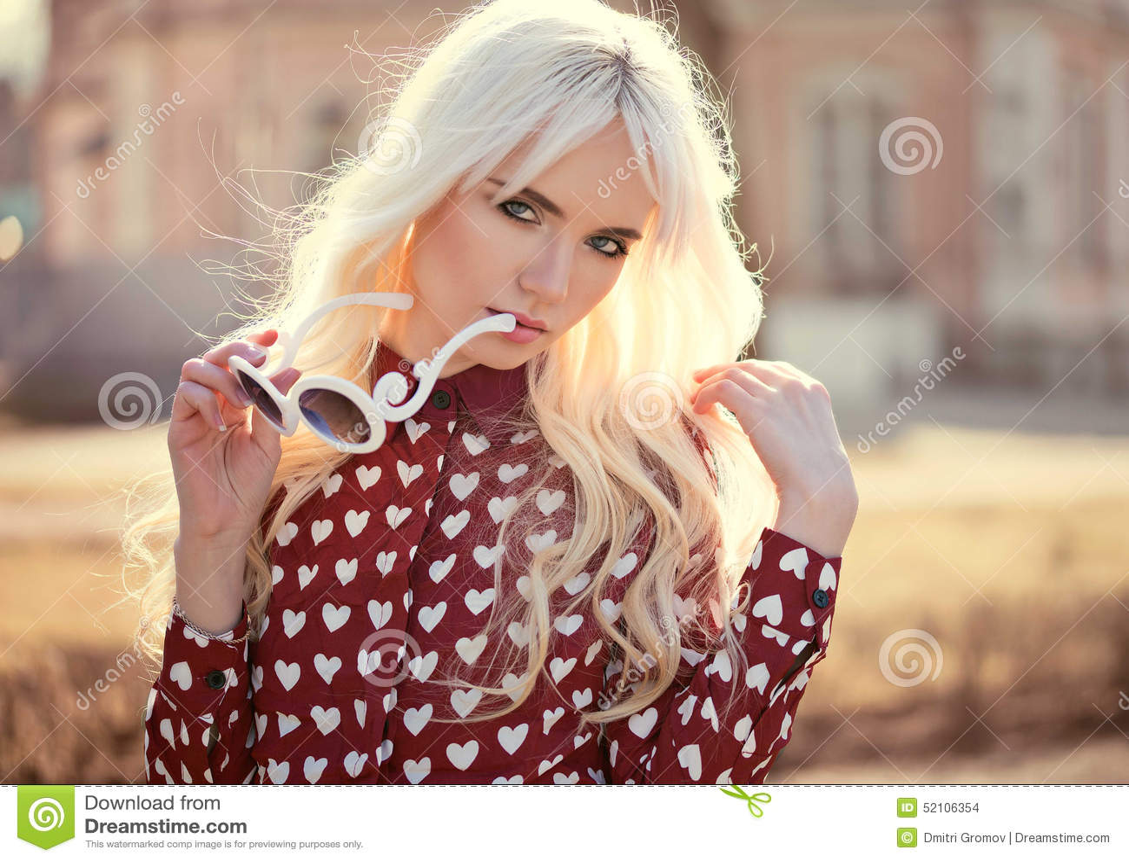 Portrait De Belle Jeune Femme Blonde Dehors Photo stock - Image du ... dd50210bea00