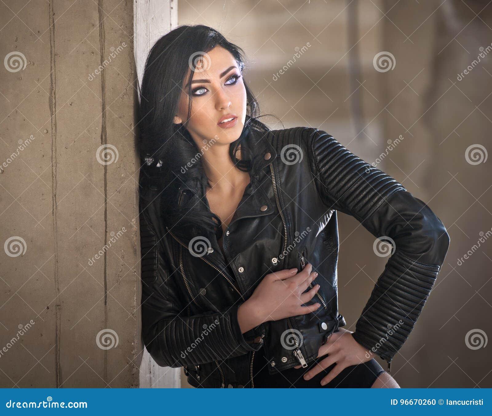 En Portrait Sexy NoirVeste Jeune De Avec Femme Belle L'équipement jqc35LARS4