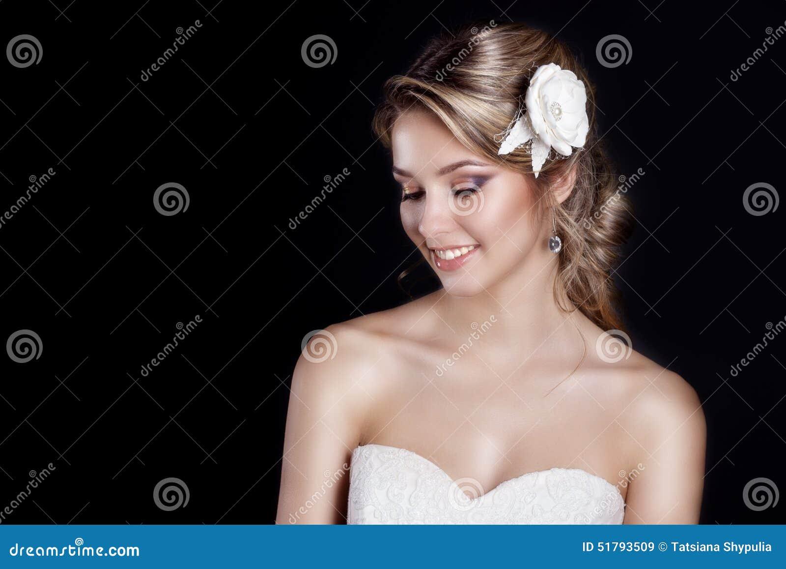 Portrait de belle jeune mariée douce heureuse de femmes dans cheveux blancs de mariage de salon de la robe de mariage de beaux c