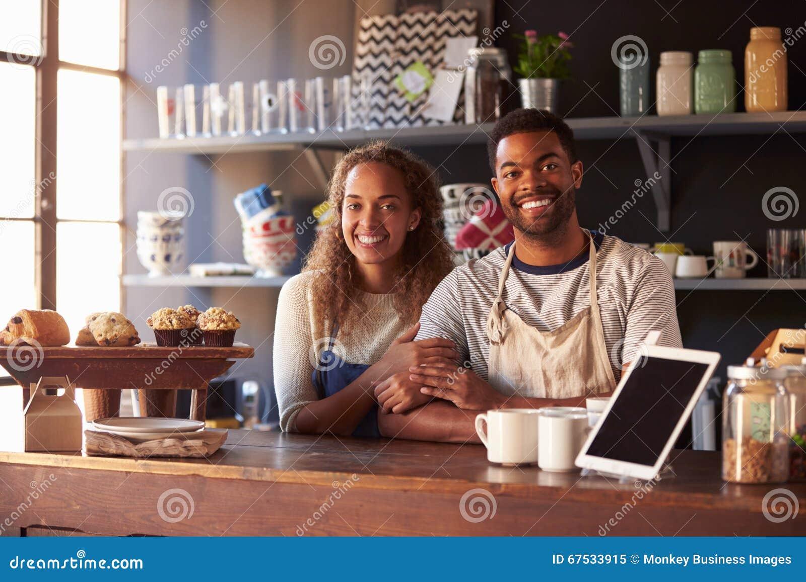 Portrait de café courant de couples derrière le compteur
