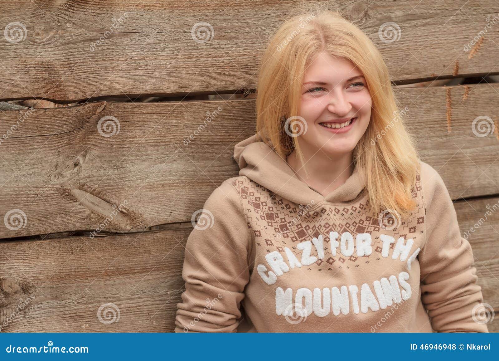 portrait de chandail de port de fille blonde aux yeux. Black Bedroom Furniture Sets. Home Design Ideas
