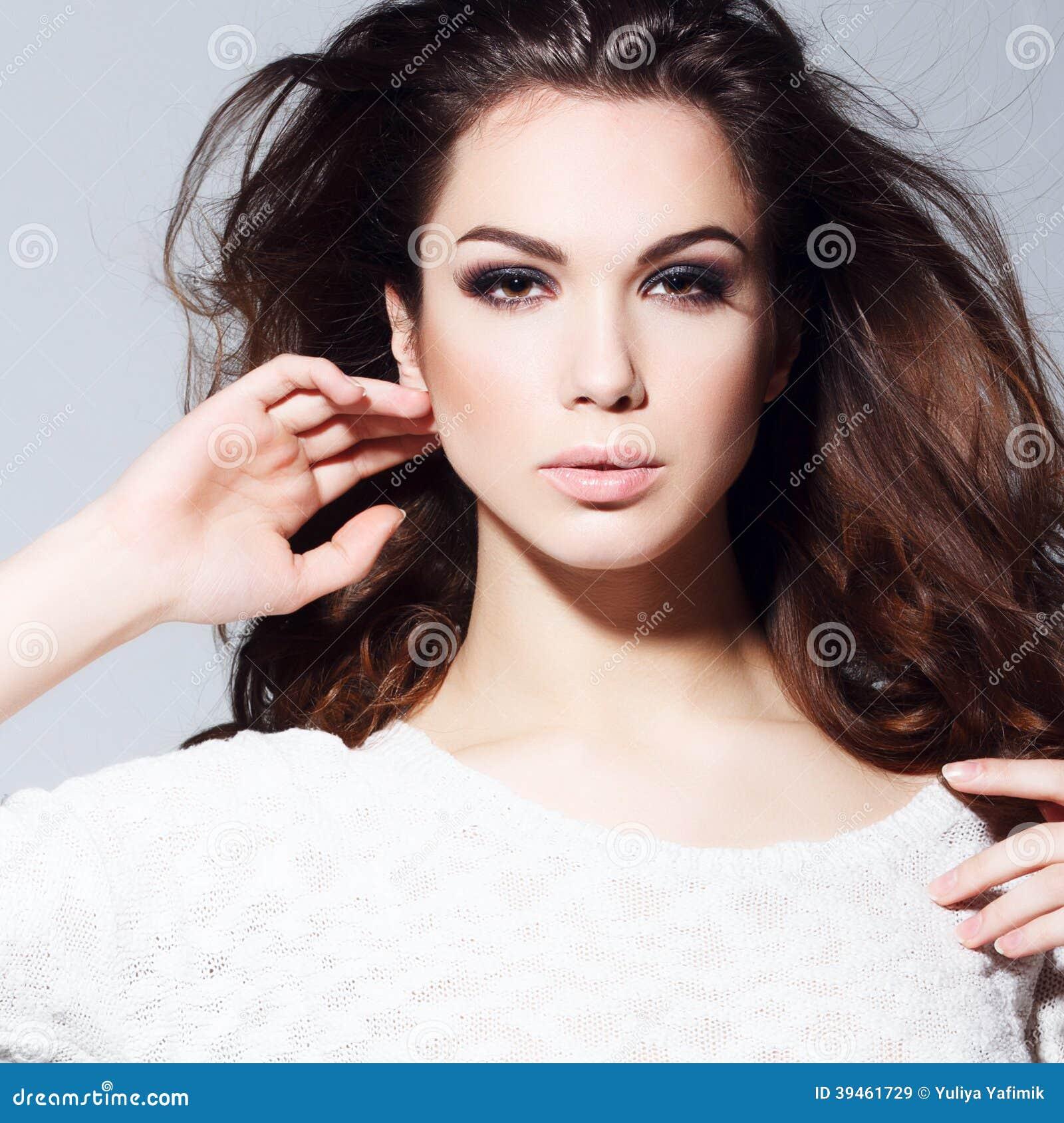 portrait de charme de beau mod le de femme avec le maquillage quotidien frais et la coiffure. Black Bedroom Furniture Sets. Home Design Ideas