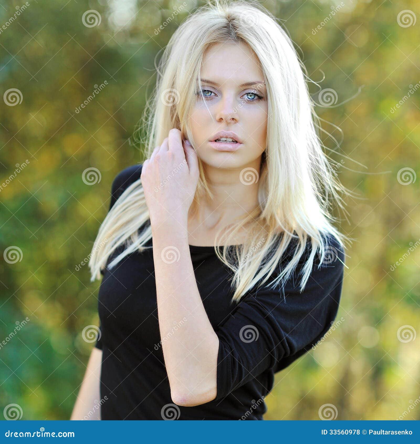 portrait de charme du beau mod le de femme ext rieur photos libres de droits image 33560978. Black Bedroom Furniture Sets. Home Design Ideas