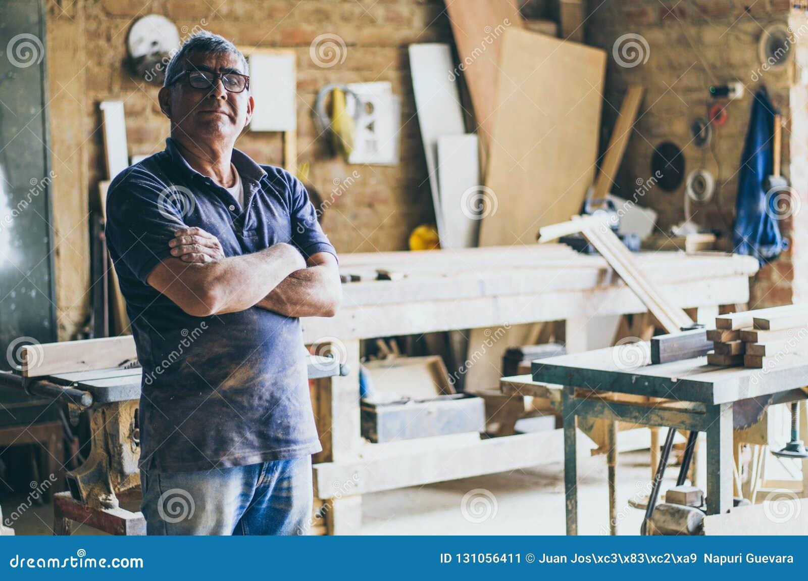 Portrait de charpentier supérieur dans son atelier et de regarder la caméra